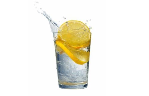 citroen met water drinken